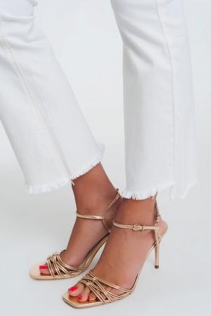 Calças retas em creme com tornozelos