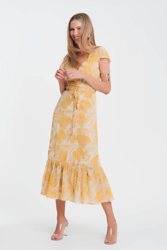 Vestido cruzado amarelo con escote profundo y estampado de palmeras tropicales