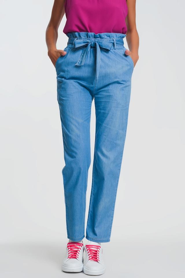 Calças de ganga leve azul claro com cintura e cinto