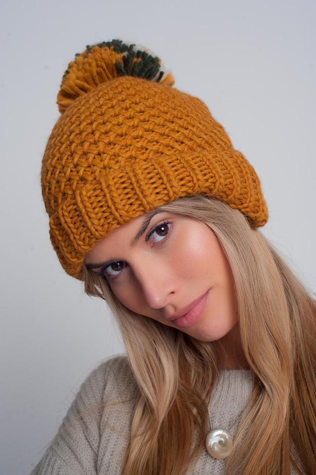 Chapéu de mostarda de malha com textura e pompom de fio