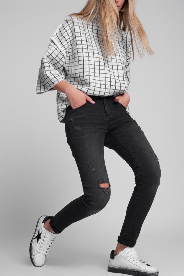 Calças de ganga rasgadas e bem ajustadas em preto descolorido