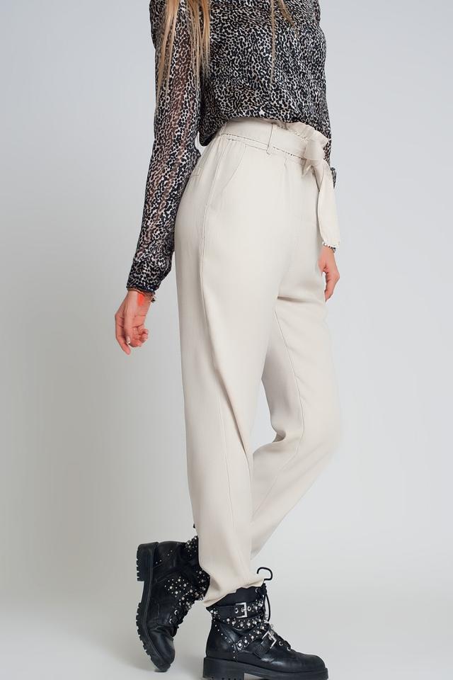 Calças com cintura de laço em bege