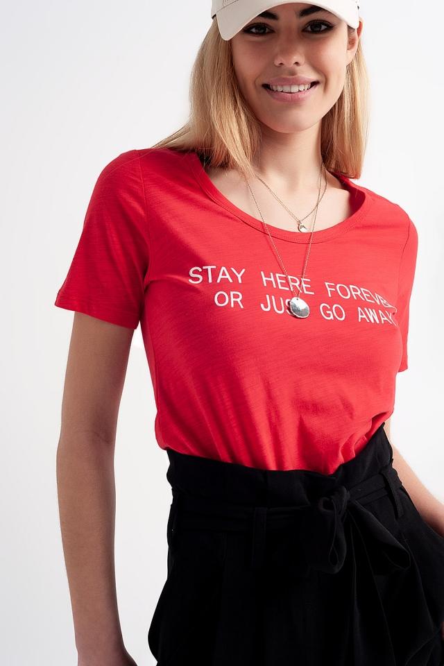 T-shirt com impressão no peito vermelho