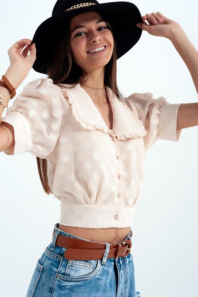 Blusa bege Polka dot com colarinho de babete e botões embelezados