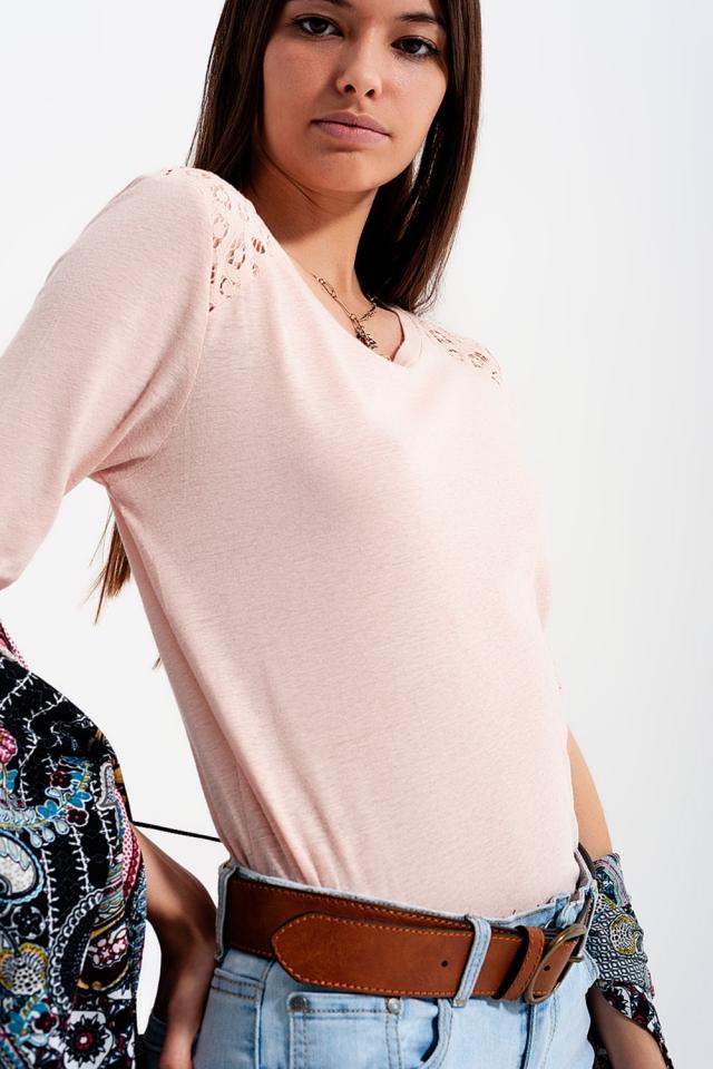 Top rosa com mangas 3/4 de suave e aplicação de crochê
