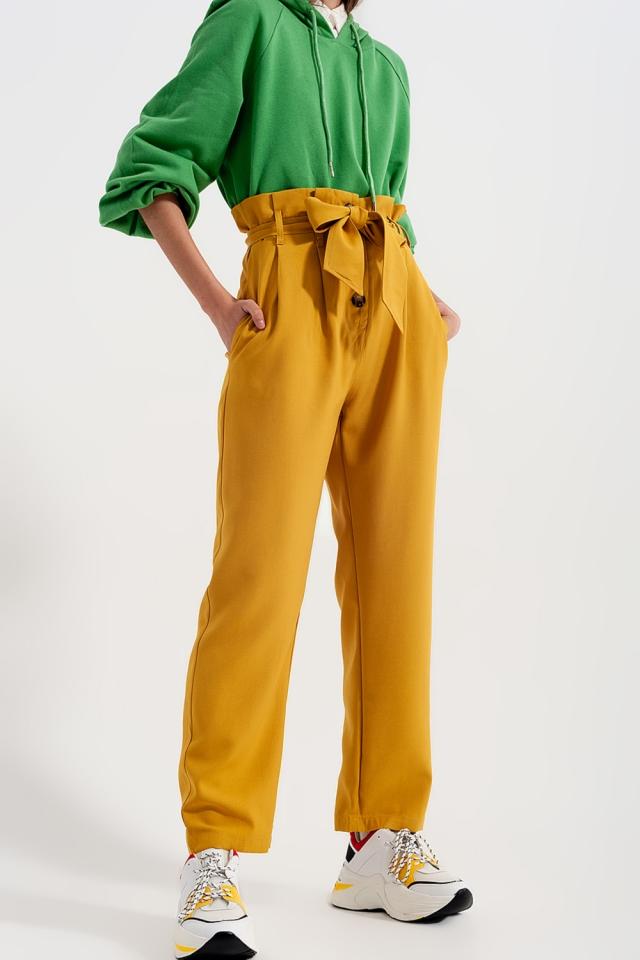 Calças de cintura alta com cinto amarelo