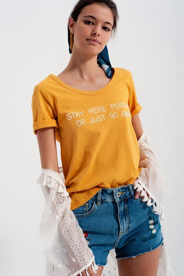 T-shirt com impressão no peito amarelo