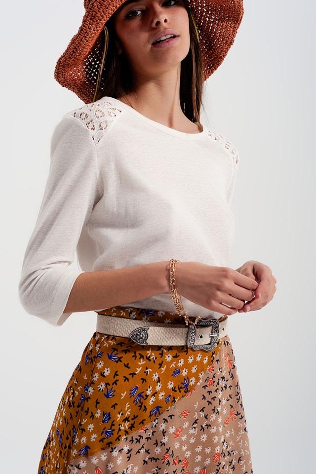 Top blanco com mangas 3/4 de suave e aplicação de crochê