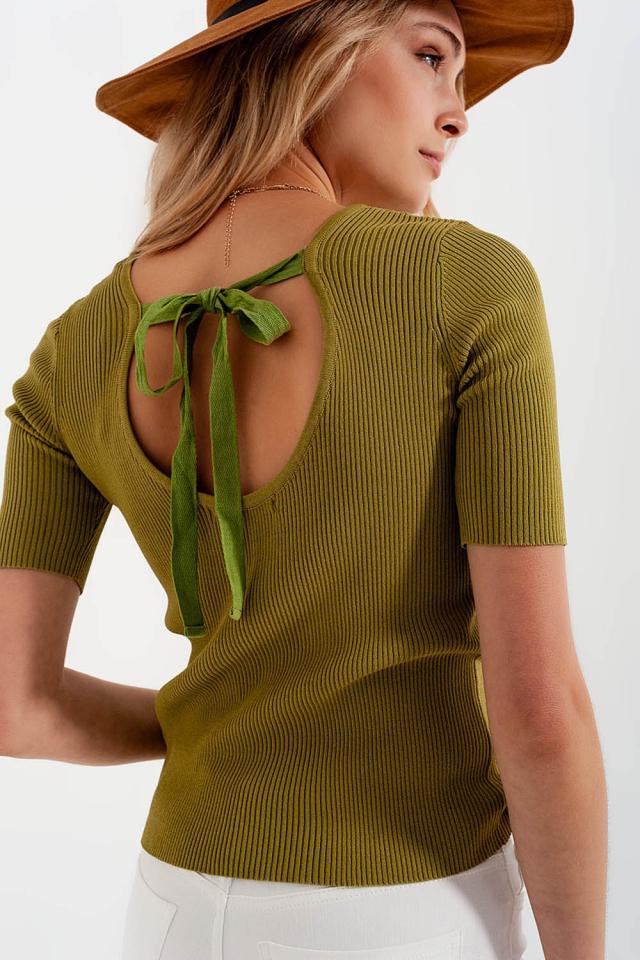 Camisola verde trabalhada com nó nas costas
