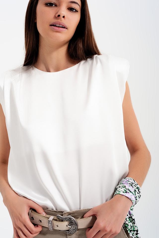 Top branco mangas com ombreiras e desenho em cetim