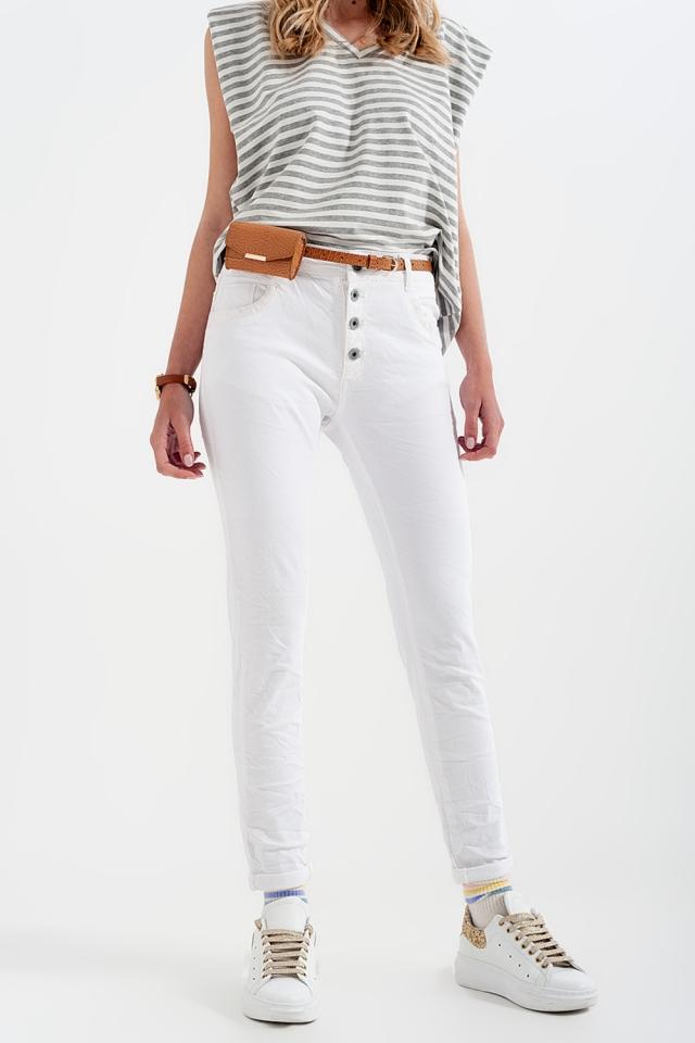 Calças boyfriend branco com detalhe de bolso de lantejoulas
