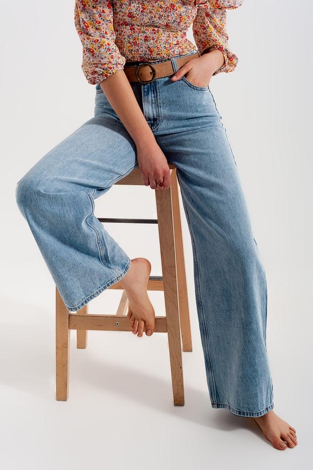 Calças de ganga azuis claras com cintura alta e pernas largas
