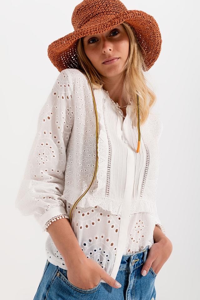 Blusa branca bordada com fecho de botão