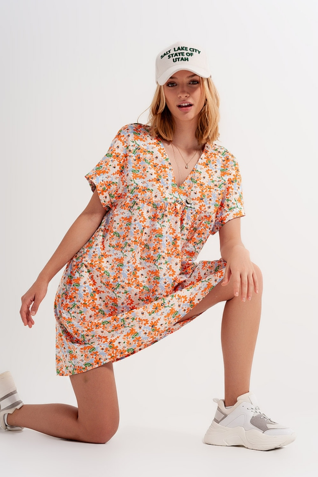 Vestido curto estilo babydoll em algodão com desenho floral em laranja
