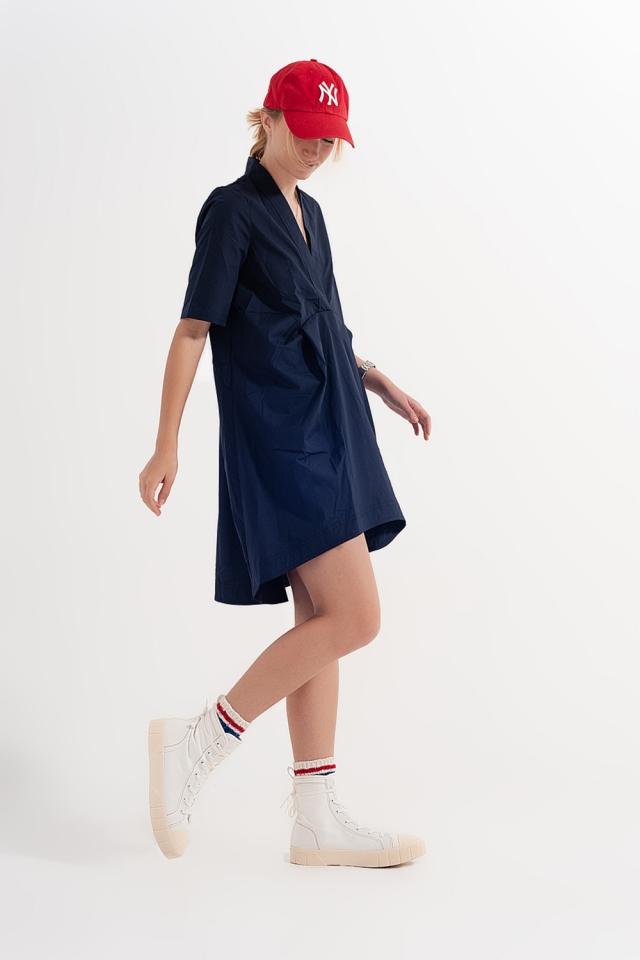 Vestido curto amplo em cor azul marinho com divisões
