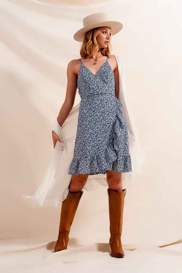 Vestido cruzado com rufos e estampado floral azul