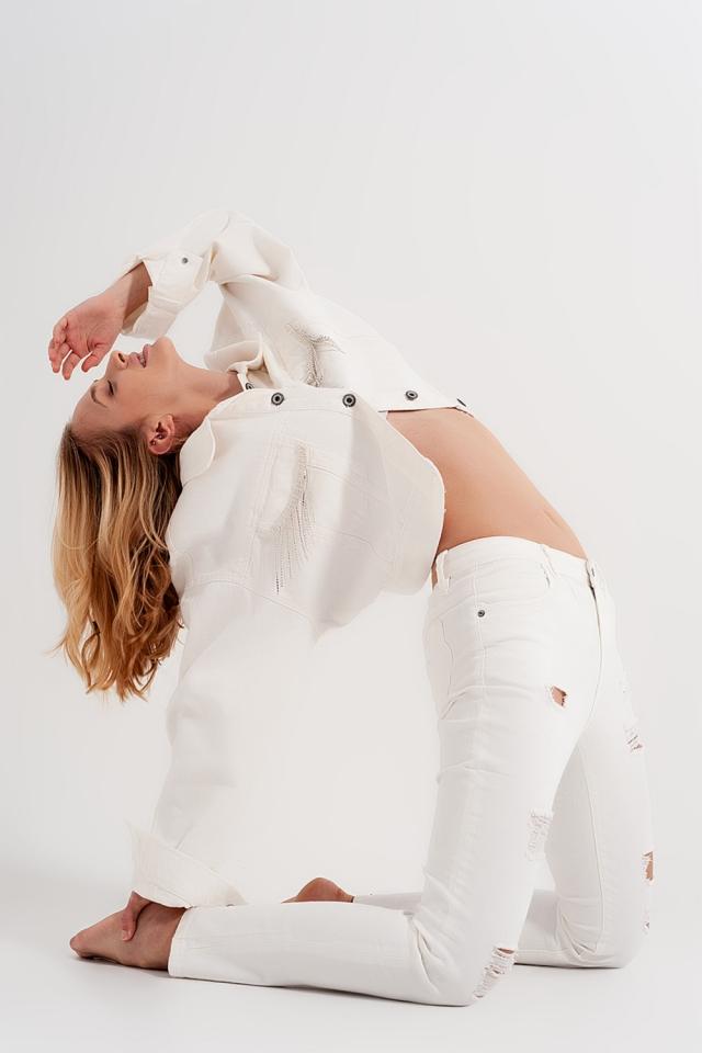 Calças de ganga brancas e justas de branco com abrasões