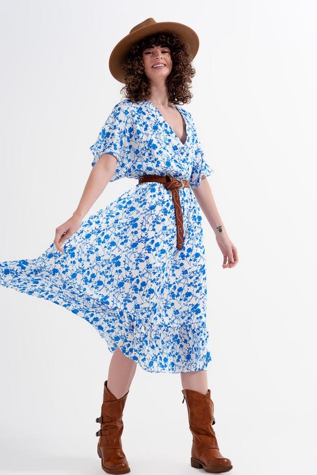 Vestido floral com corte em cruz flor com mangas de quimono em azul