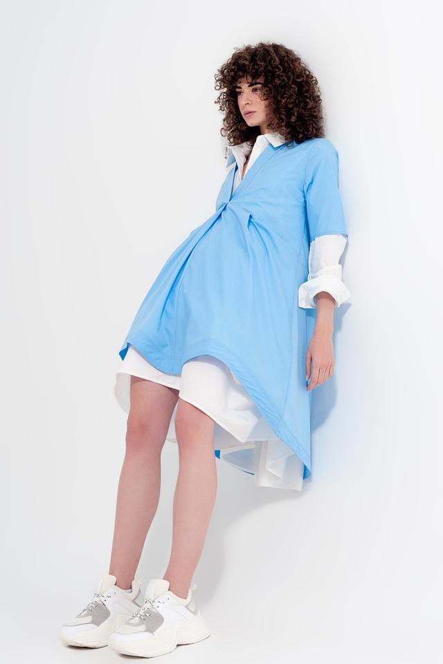 Vestido curto amplo em cor azul claro com divisões