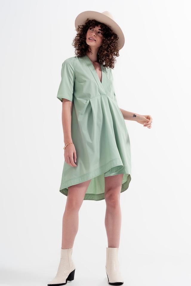 Vestido curto amplo em cor verde com divisões
