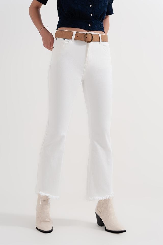 Calças retas em branco com tornozelos largos