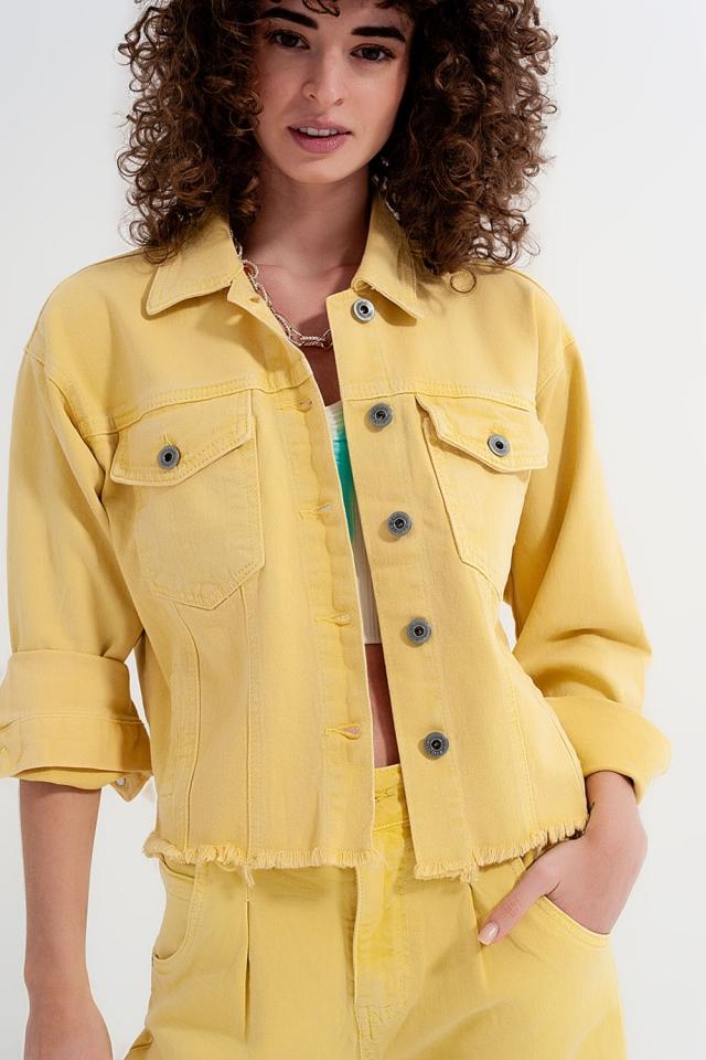 Casaco de ganga amarelo com um baixo não acabado