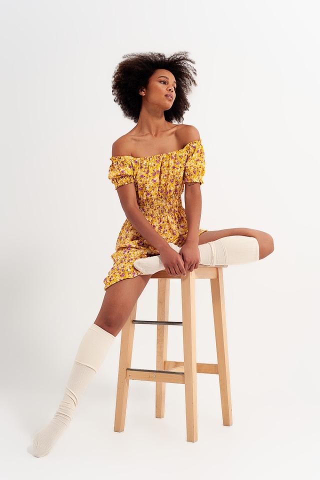 Vestido curto com decote Bardot e detalhe de rufos com estampa floral amarela