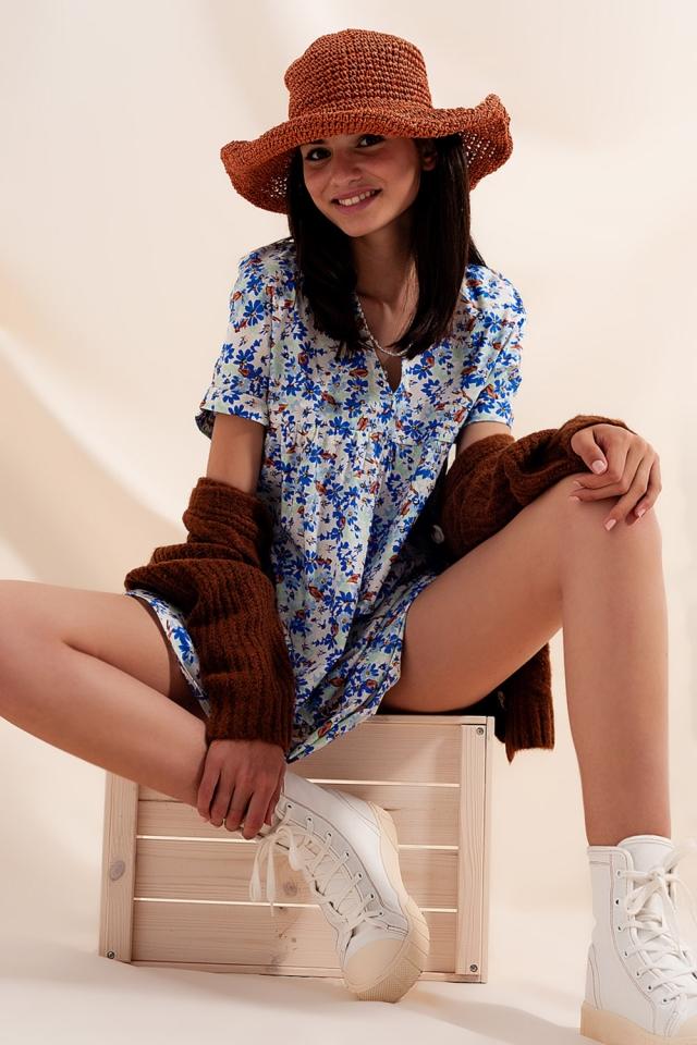 Vestido curto estilo babydoll em algodão com desenho floral em azul