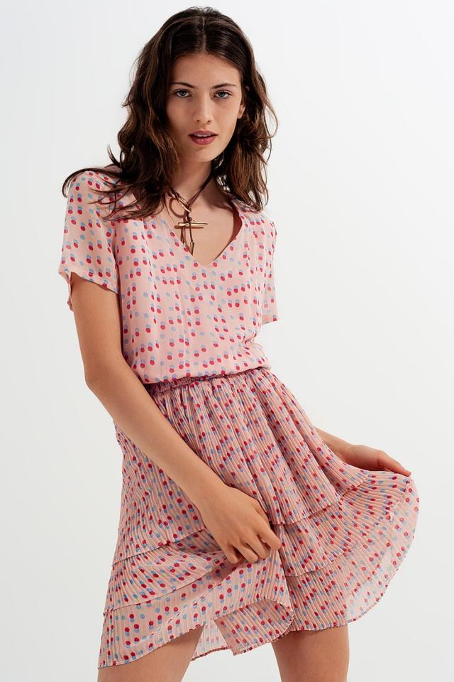 Vestido curto cor-de-rosa com cintura franzida e sobre saia