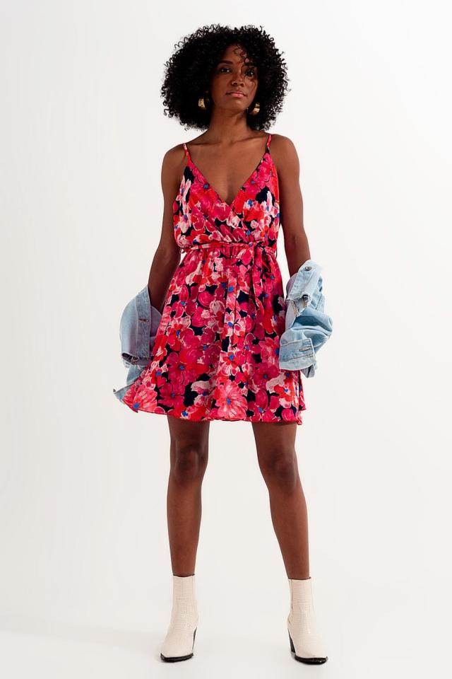 Vestido curto cor-de-rosa vivo com estampado de flores e alças