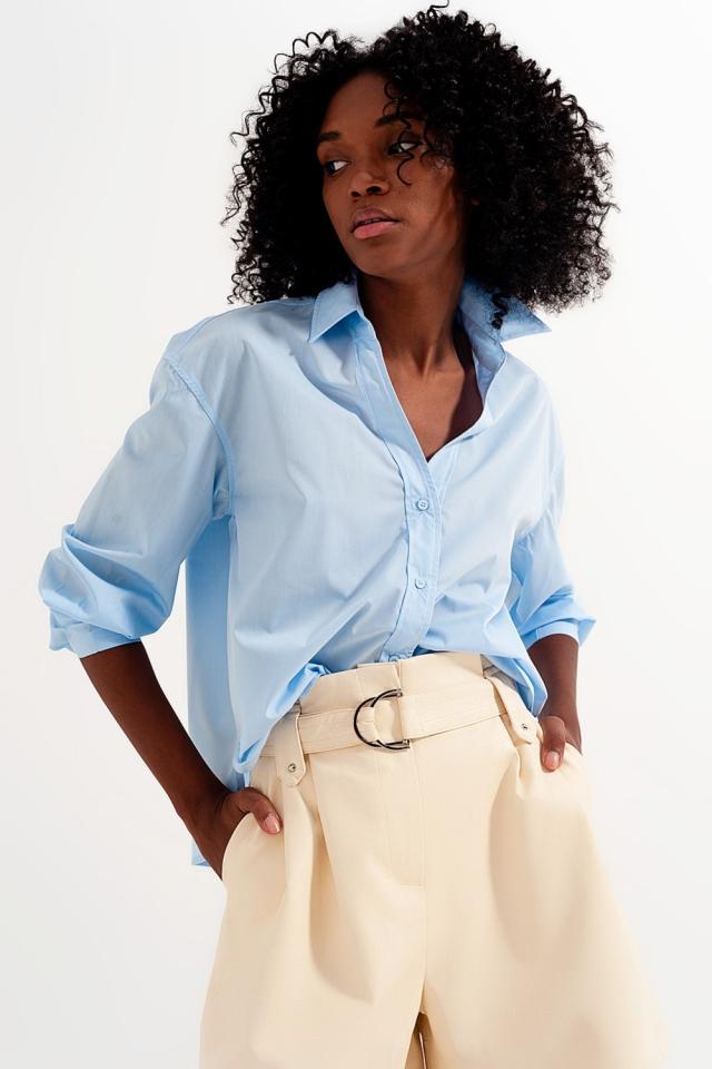 Camisa azulcom colarinho tipo lapela