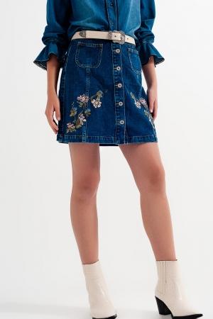Saia jeans com flores bordadas e botões frontais