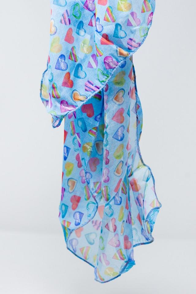 Lenço azul com corações multicoloridos impresso