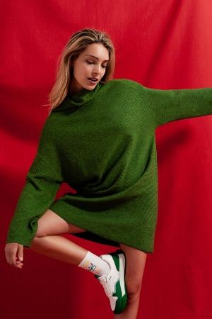 Vestido curto estilo jersey verde com decote alto