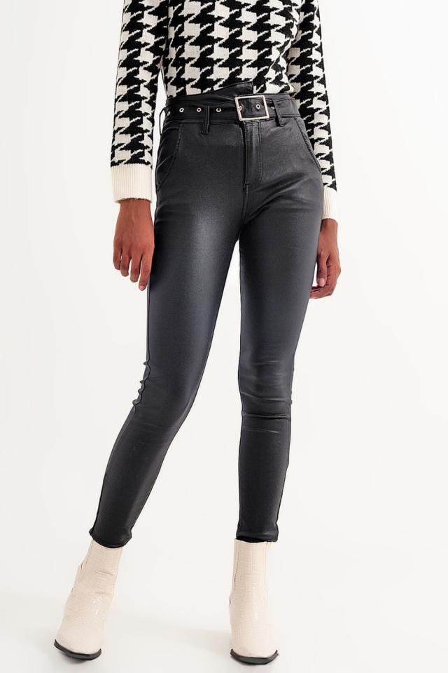 Calças de couro preto com cinto