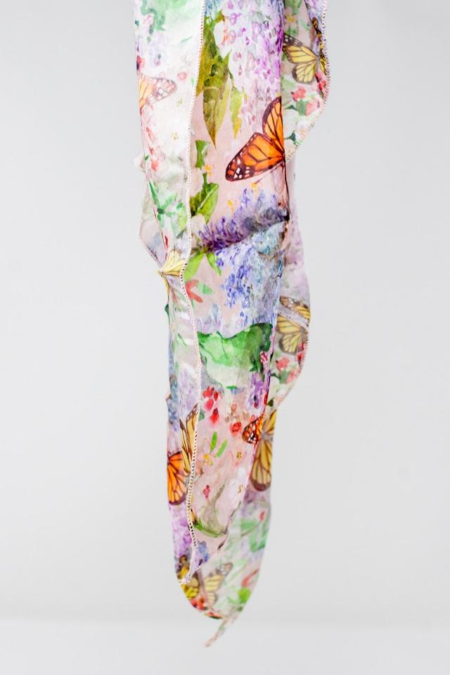 Lenço cor-de-rosa com impressão de borboletas