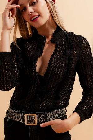 Blusa preta com botões e desenho bordado