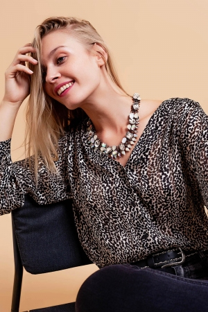 Camisa de ajuste regular com mangas em tecido translúcido com estampagem animal preto